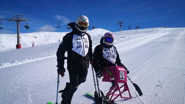 Los deportistas de esquí adaptado de la Fundación También, con la campeona de Europa Audrey Pascual e Irene Villa, en Sierra Nevada.