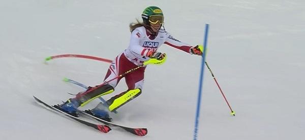 Los excepcionales reflejos de Liensberger le permiten esquiar al límite.