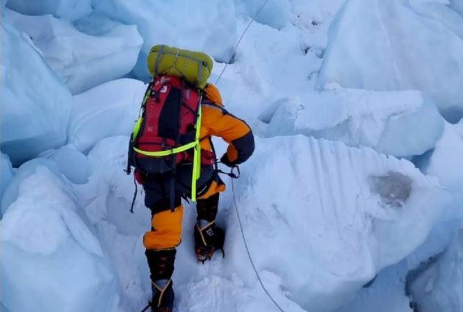 Lamy atravesando la cascada del Khumbu, dirección al Everest, el pasado mes de mayo