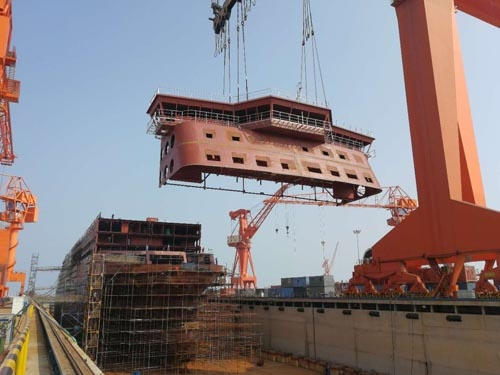 The final structural block of E-Flexer #1 being lifted into place at AVIC Weihai. This completes the construction of the 10 decks of the ship AVIC Weihai.