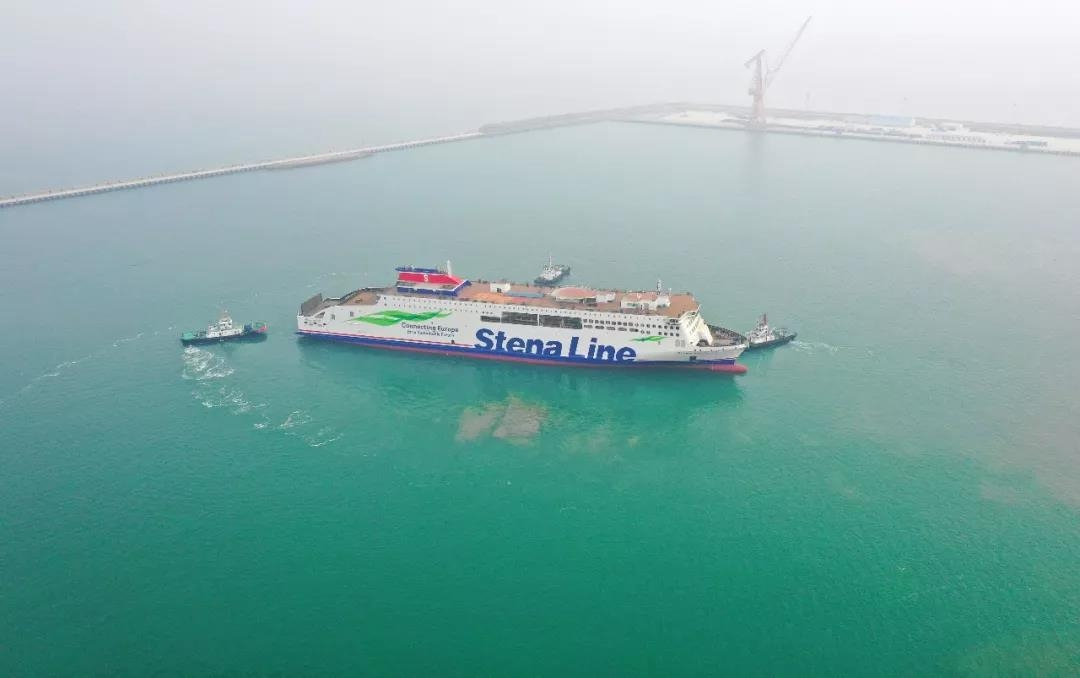 STENA ESTRID is manoeuvred towards the fitting out pier at AVIC Weihai by two tugs. AVIC Ship.