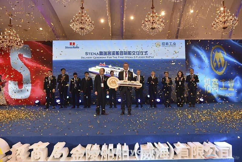 Stena RoRo CEO Per Westling is handed a golden key by AVIC's general manager Liao Hongbing, symbolsing the handover of <strong>STENA ESTRID</strong> from the yard to the ship owner. China Merchants Jinling.