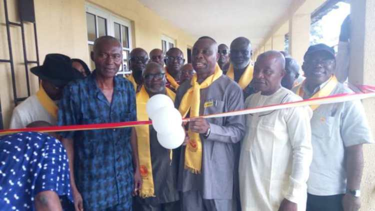 Mr Onwah Isaac flanked by the Principal of Government College, Ughelli, Mr Ezekiel Akpeti (on blue) and other members of Class of 74 during the commissioning of the renovated classrooms by Class of 74 of Government College Ughelli Old Boys Association (GCUOBA) on Friday