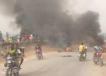 Bonfire on the Kaiama section of the East-West Road in Bayelsa State on Friday