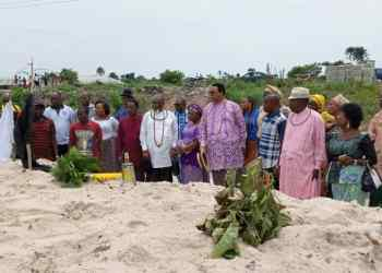 Members of Urhobo Renaissance Society (URS) led by Prof Hope Eghagha paying tribute to the slain victims of herdsmen's attack at the graveyard in Agadama, Uwheru Kingdom i Delta State.