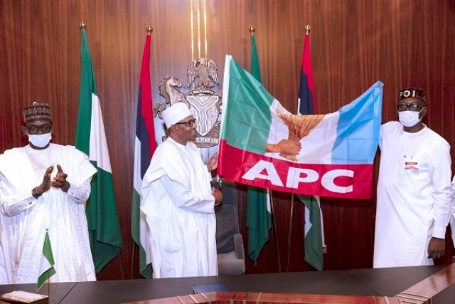 PRESIDENT BUHARI PRESENTS APC FLAG TO GOV'SHIP CANDIDATE PASTOR IZE-IYAMU 2A&B. President Muhammadu Buhari presents the APC Flag to the Edo State Governorship Candidate, Pastor Osagie Ize-Iyamu accompanied by the Cateeker National. Chairman/ Convention Planning Committee and Governor of Yobe, Mai Malam Buni during the visit at the State House in Abuja. PHOTO; SUNDAY AGHAEZE. AUGUST 7 2020