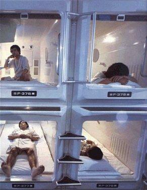 I Capsule hotel con micro stanze per lavoratori in ritardo