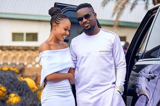 Akuapem Poloo loses it after Sarkodie mentioned her name in new song off 'No Pressure' album | Watch