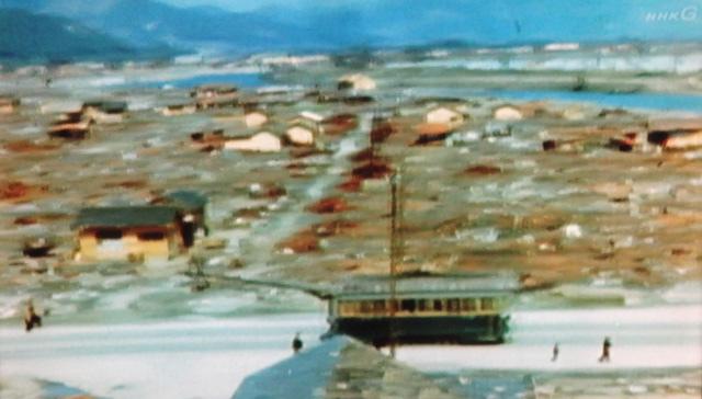 原爆投下後に広島の焼け野原を走る路面電車(NHK「一番電車が走った」8月10日放映より)