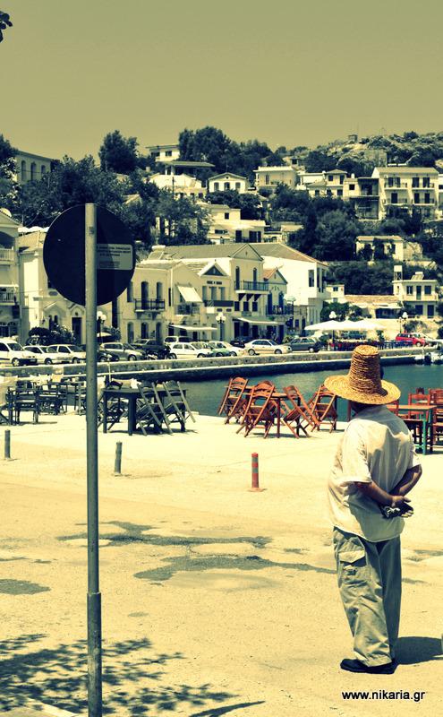 Είχε δει ένα τρελό καλοκαίρι στο λιμάνι φωτιά, τον ήλιο πάλι να πέφτει...