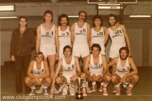 """Equipo Senior del Olímpico 64. Arriba: Antonio """"el rubio (entrenador), Felipe, Javier, Pedro, Alberto, Vicente, Eduardo, Luis, Javier y Paco de la Torre,"""