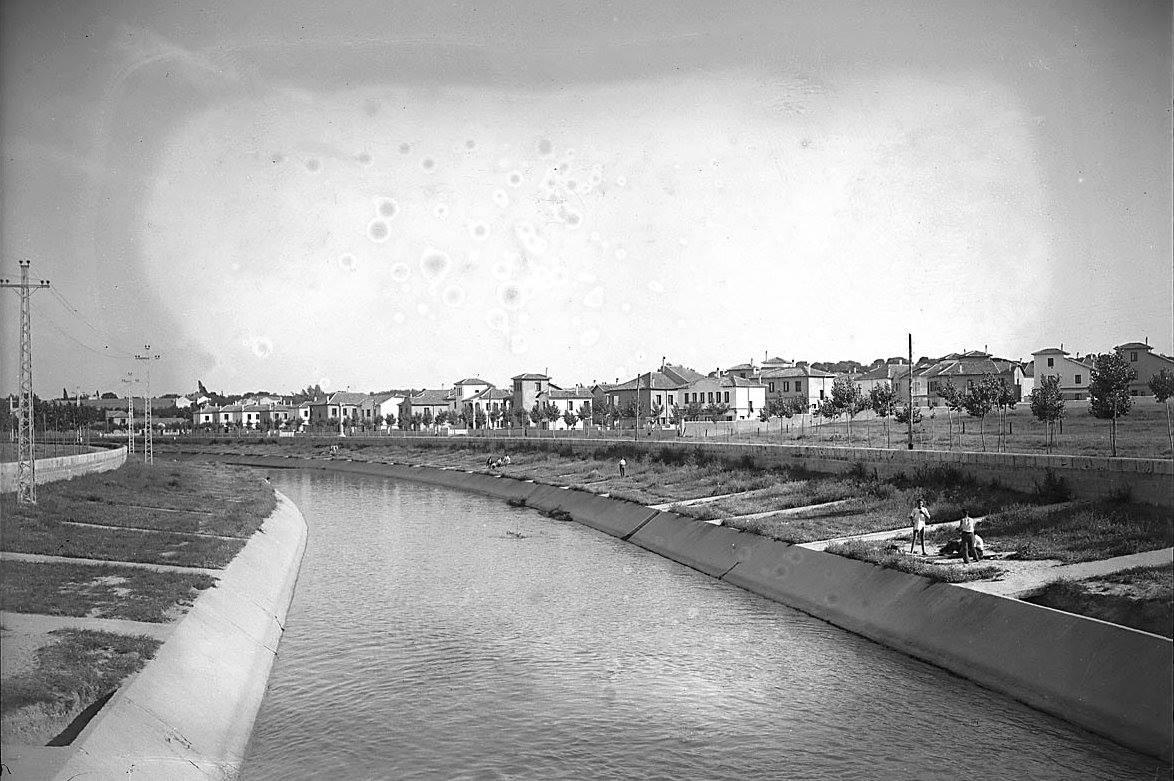 Rio Manzanares con su antigua canalización. Publicada en Fotos antiguas de Madrid.
