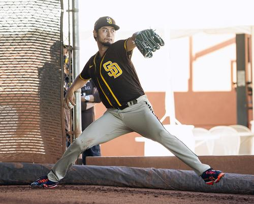Padres' Darvish (Getty = joint) practicing pitching with a bullpen