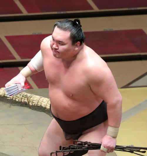 白鵬厳しく遠藤押し出し、勢い余って花道の向こうへ - 大相撲 : 日刊スポーツ