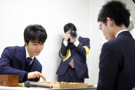 梶浦四段(右)に勝利し、C級1組への昇級とともに四段から昇段し、感想戦を行う藤井五段(撮影・狩俣裕三)