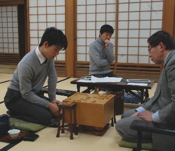 5日の王将戦後、感想戦を行う弟子の藤井聡太四段(左)を見守る師匠の杉本昌隆七段(中央)、対戦相手の南芳一九段