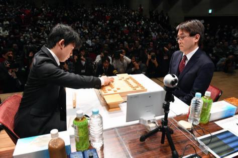準決勝で対局した藤井聡太五段(左)と羽生善治竜王(撮影・柴田隆二)