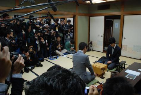 杉本昌隆七段(手前)藤井聡太六段(奥)の注目の師弟対決には多くの報道陣が詰めかけた(撮影・松浦隆司)