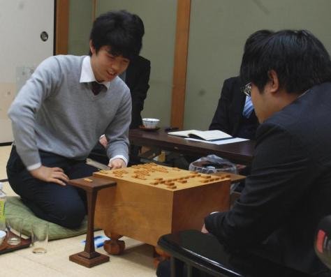 自身2度目の16連勝を飾り、感想戦を行う藤井聡太六段(撮影・松浦隆司)