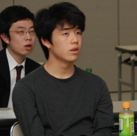 史上初の4連覇を達成し、解答の解説を聞く藤井聡太六段(撮影・松浦隆司)