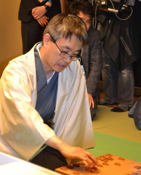 将棋の第76期名人戦7番勝負第1局で佐藤天彦名人を下して通算1400勝を達成した羽生善治竜王