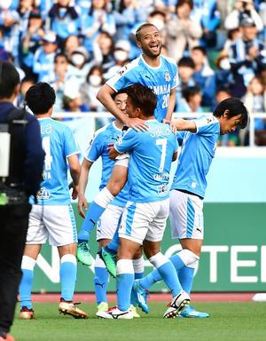 磐田対浦和 2ゴールを挙げて勝利に貢献した磐田FW川又(中央)はイレブンの祝福を受ける(撮影・小沢裕)