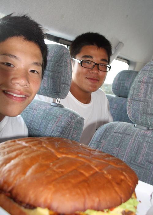 具智元(右)が相撲の九州大会で食べた巨大佐世保バーガー