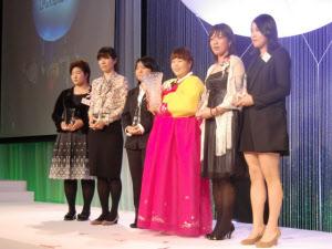 昨年の国内女子ゴルフの表彰選手。右から宋ボベ、大山志保、アン・ソンジュ、不動裕理、李知姫、酒井美紀