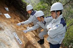 敦賀原発2号機のそばを走る断層を調査する専門家ら(24日、福井県敦賀市)=代表撮影・共同
