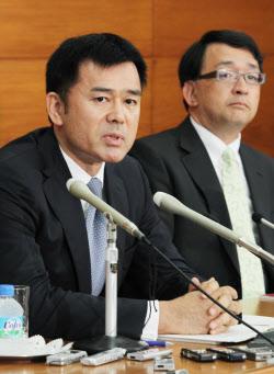 日銀審議委員に就任し、記者会見する佐藤氏(左)と木内氏(24日、日銀本店)