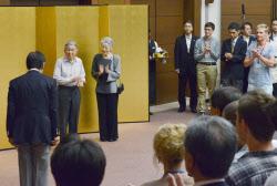 日本学術振興会主催の「JSPSサマー・プログラム歓迎レセプション」に出席された天皇、皇后両陛下(11日、神奈川県葉山町)=代表撮影