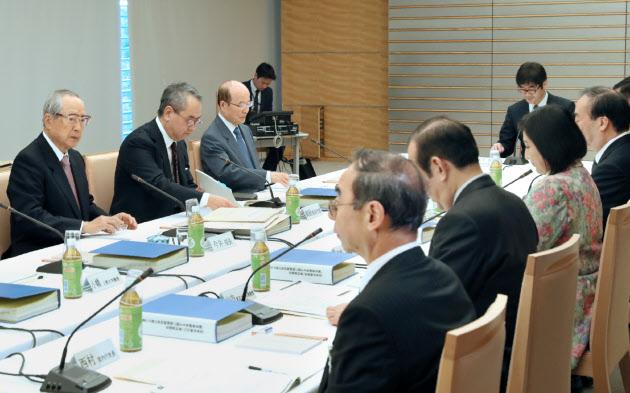 天皇退位巡る有識者會議が再開 法整備へ専門家4人聴取 :日本経済新聞
