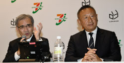 提携を発表するセブン&アイの井阪隆一社長(左)とアスクルの岩田彰一郎社長(6日、東京都文京区)