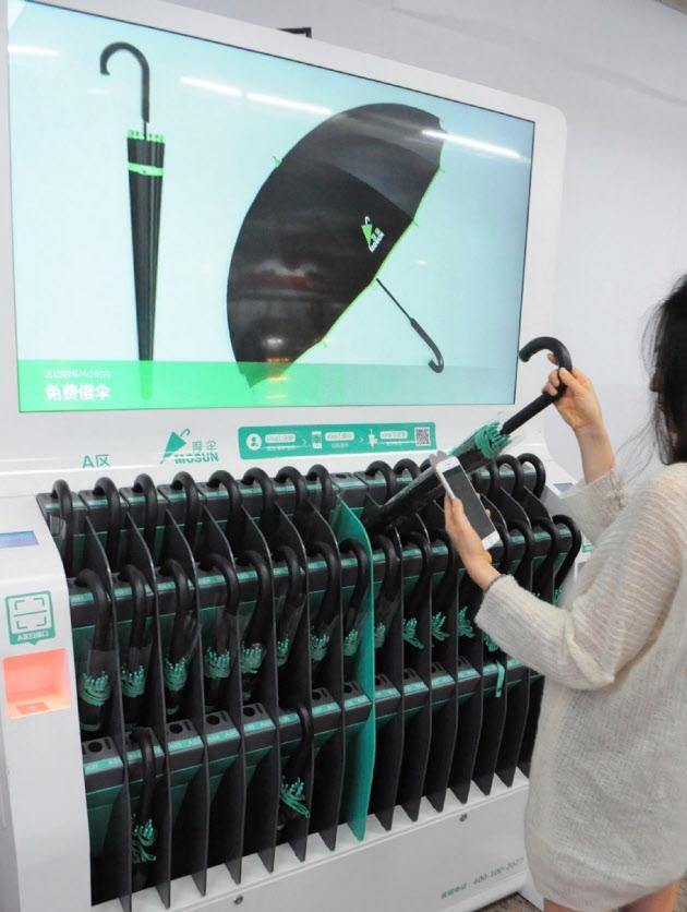 上海の主要地下鉄駅ではスマホ決済を使った「シェア傘」もなじみの風景となった