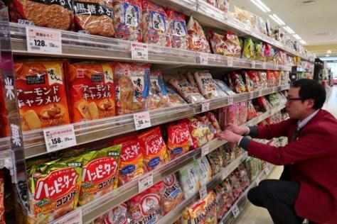 国産米の価格上昇で米菓業界でも値上げの動きが広がってきた(新潟市内のスーパー)