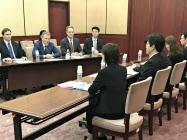 大阪の松井一郎知事と吉村洋文市長を訪ねる米サンズのロバート・G・ゴールドスティーン社長(左から2番目)=12日、大阪府公館