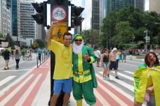 「ナタール(クリスマス)までにジウマが辞めますように! ホーッ、ホーッ、ホーッ」と気勢を上げる緑色のサンタクロースが気に入って、記念写真をするデモ参加者