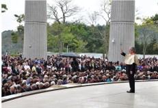 浄霊する教団のマルコ・レゼンデ本部長(提供写真)