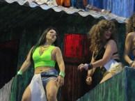 ブラジル人と共に日本人女性もダンス