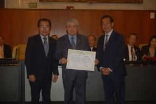 与儀会長から感謝状を受け取る松本ミルトン氏(ブラデスコ銀行)