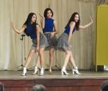 舞台では、若者たちが踊りを披露