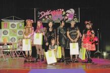 手作りの服を披露し競い合う「メイド・バイ・ミー」の受賞者たち