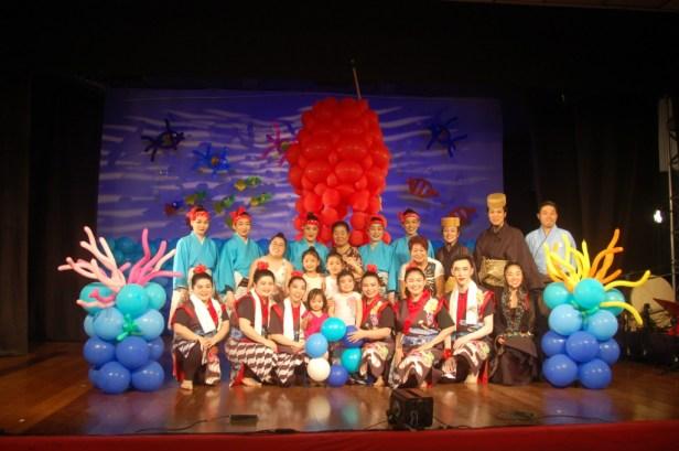 ルンルンバルーン琉球舞踊のメンバーと来場者