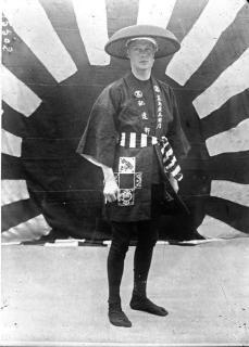 人力車夫の扮装をした皇太子時代のエドワード8世(イギリス王)。1922年(Unknown authorUnknown author, Public domain, via Wikimedia Commons)