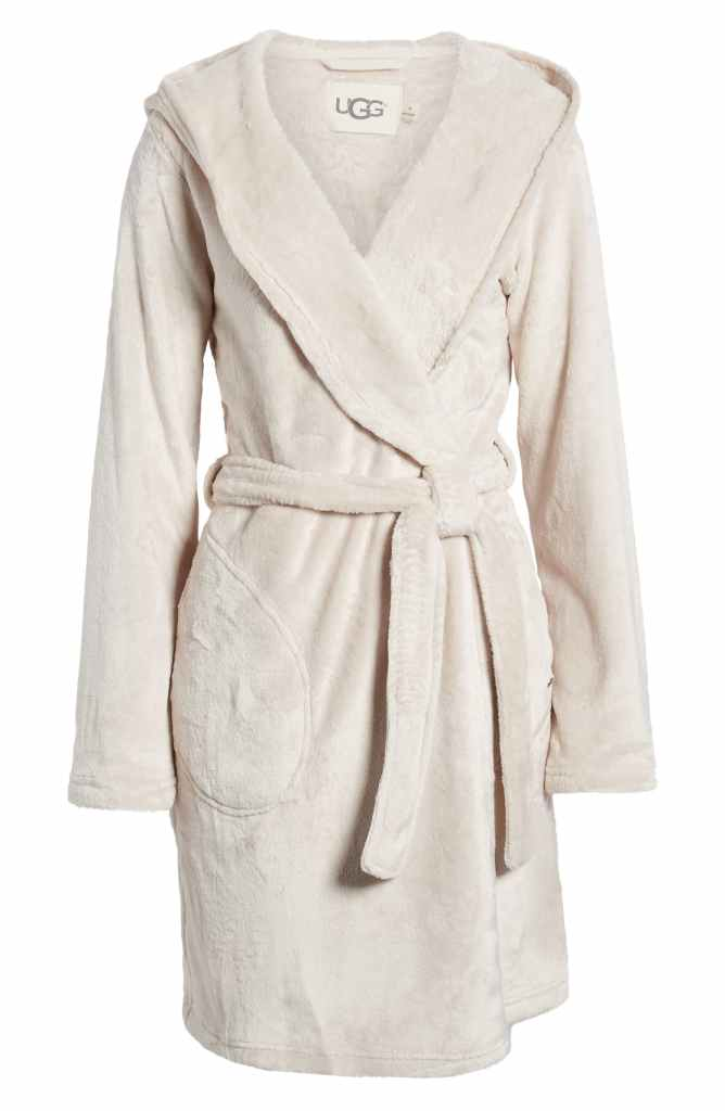 The Cozy Girl Holiday Gift Guide; Know someone who loves to stay at home, cuddled up, staying warm? Here are the perfect Christmas presents for her! Robe