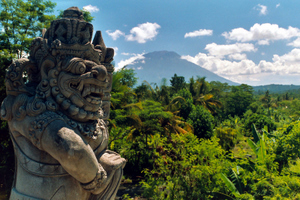 Blick über Bali auf den Vulkan Gunung Agung. Foto: www.nikkiundmichi.de