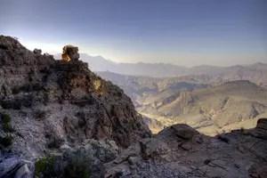 Spektakulärer Blick vom Pass im Hadschar Gebirge hinter dem Wadi Bani Awf. Foto: www.nikkiundmichi.de