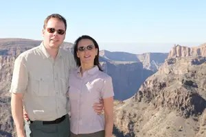 Nikki und Michi im Oman. Die arabische Halbinsel hat einen rauen, aber herzlichen Charme.