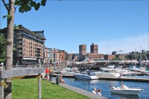 1024px-Aker_Brygge_(with_City_Hall)