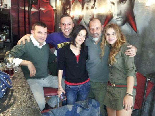 Ο Τζόνης με τον Κρατερό Κατσούλη, την Κατερίνα Τσάβαλου και φίλους